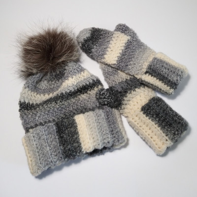 Gloves and hat light grey